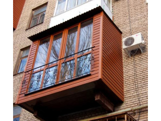 Коричневый балкон с перилом